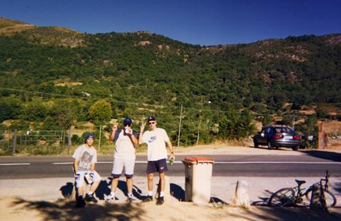 Miguel, Iván y Danny en la fuente de El Real de San Vicente, con la sierra y el Piélago al fondo