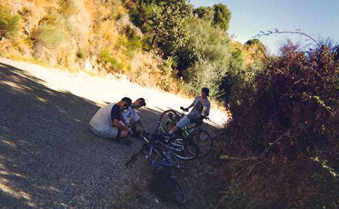 Iván, Danny y Miguel, sin desmontar, descansan a la sombra