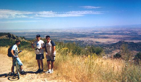 Miguel, Danny e Iván en la cima del Piélago, con las vistas sobre Castillo y Nuño Gómez