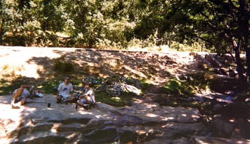 Tirados sobre la gran piedra del riachuelo de El Piélago. Refrescante premio a la ascensión