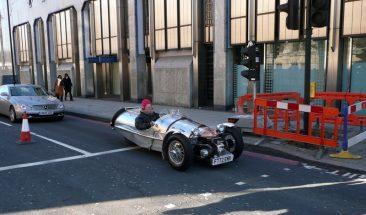 Coche clásico por las calles de Londres