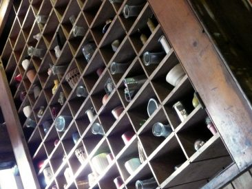 Botellero alto de pared, en un restaurante frente al Museo de Historia Natural