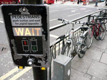Pulsador para el semáforo y el parking improvisado de bicis