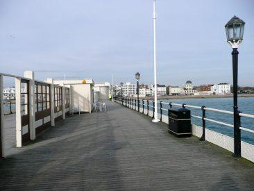 Muelle de madera de Worthing saliente al Océano