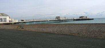 Playa de piedras y muelle de madera, Worthing