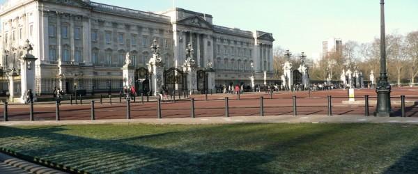 Vista amplia del Palacio de Buckingham