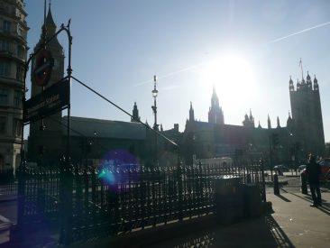 Estación de metro de Westminster y Parlamento londinense