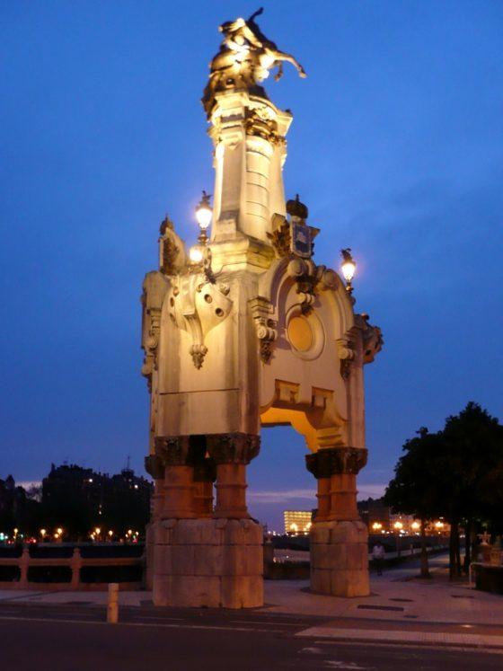 Farola monumental nocturna