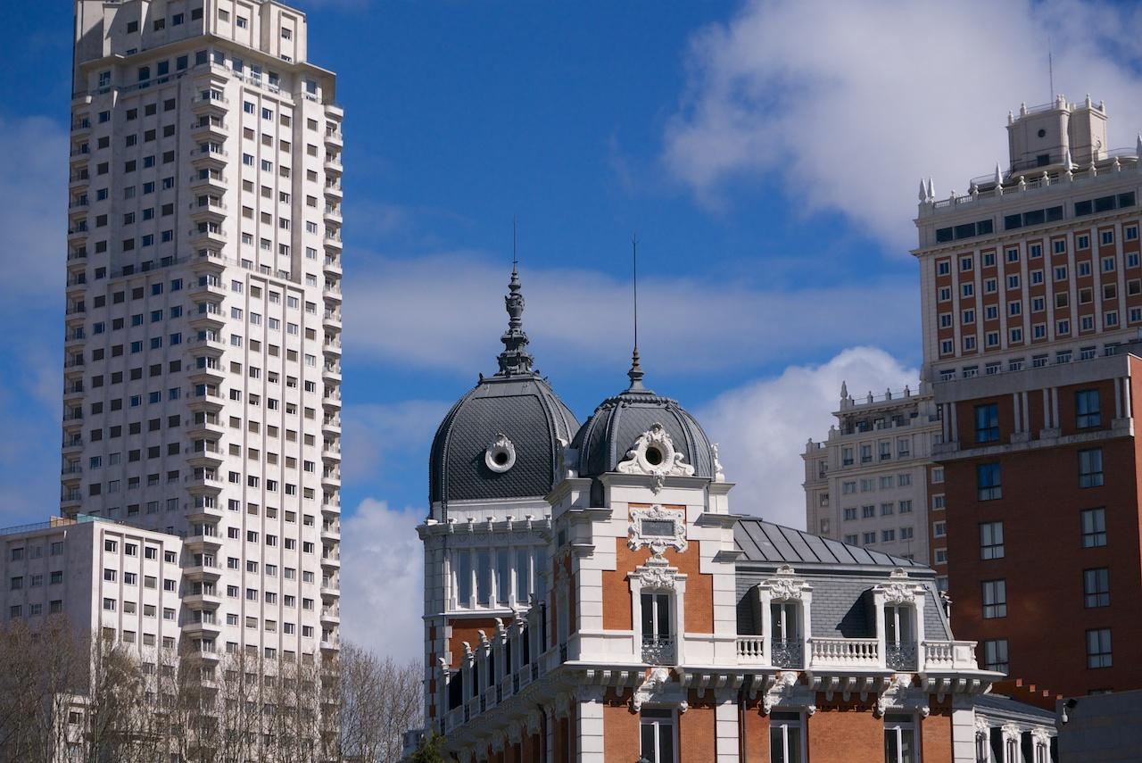 Flanqueada por la Torre de Madrid y el Edificio España