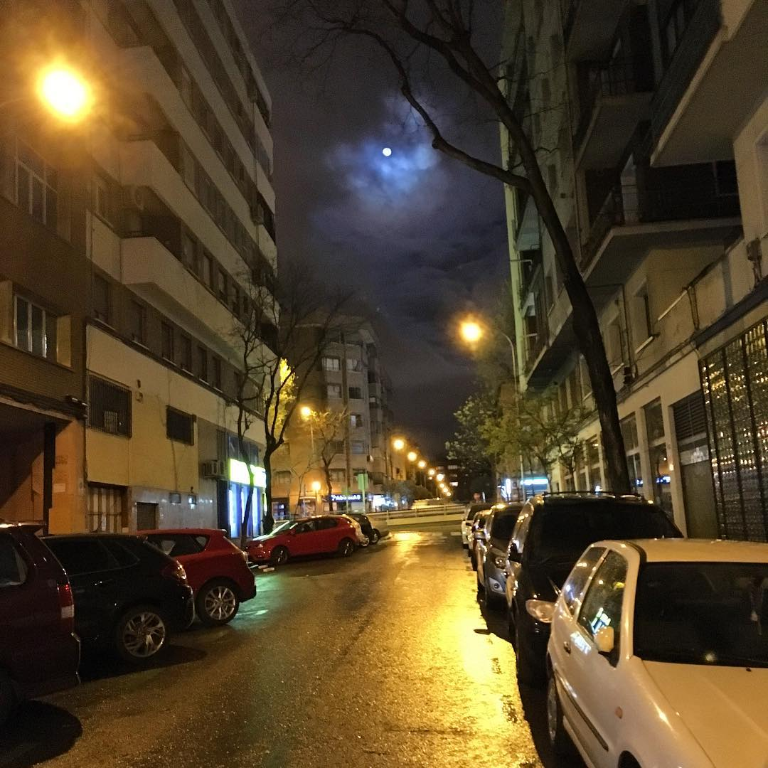 Tormenta con luna llena