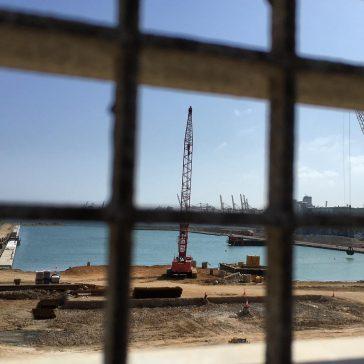 Dragando el puerto ganado al mar